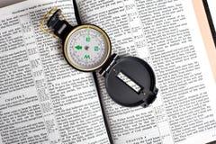 Kompaß auf Bibel lizenzfreie stockbilder