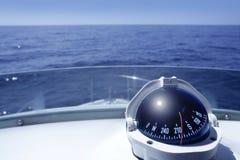 Kompaß auf einem Yachtbootskontrollturm Stockfotos