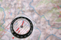Kompaß auf einer Karte Stockfotografie