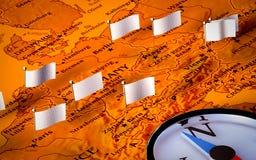Kompaß auf europäischer Karte mit Markierungsfahnen Stockbild