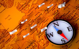 Kompaß auf europäischer Karte mit Markierungsfahnen Stockbilder