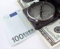 Kompaß auf Geld Lizenzfreie Stockfotografie