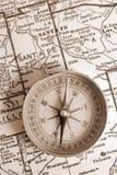 Kompaß auf Karte Stockbilder