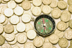 Kompaß auf Münzen lizenzfreies stockfoto