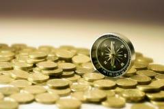 Kompaß auf Münzen lizenzfreie stockbilder