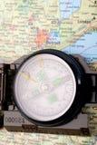 Kompaß auf moderner Karte Lizenzfreie Stockbilder