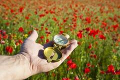 Kompaß in einer Hand/in einer Entdeckung/in einem schönen Tag lizenzfreies stockfoto