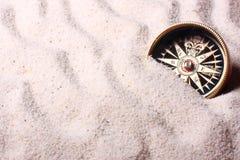 Kompaß im Sand Stockfoto
