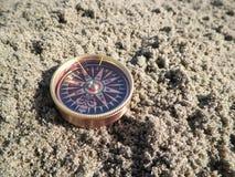 Kompaß im Sand Lizenzfreies Stockfoto