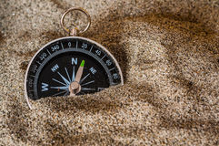 Kompaß im Sand Stockbild