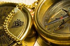 Kompaß u. -kalender der alten Art Gold Stockfotos