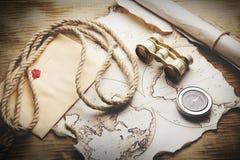 Kompaß und Karte Lizenzfreie Stockbilder