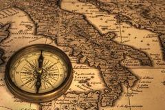 Kompaß und alte Karte von Italien Lizenzfreie Stockbilder