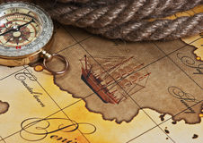 Kompaß und Seil auf Karte Stockfotografie