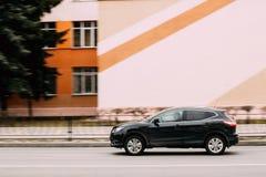 Kompakt övergångsSUV bil Nissan Qashqai In Fast Motion på gatan Arkivbilder