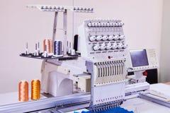 Kompakt broderimaskin för 12 visare Industriell broderi arkivfoton
