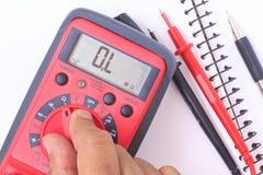 Kompakt digital multimeter för diagnostiska elektriska strömkretsar Arkivfoto