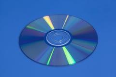 Kompakt Dvd cd skiva på blått Arkivfoton