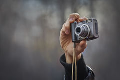 kompakt hand för kamera royaltyfri bild