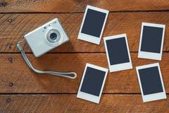 Kompakt kamera och tomma ögonblickliga fotoramar Arkivfoton