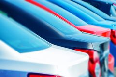 Kompakta bilar i materiel royaltyfri bild