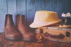 Kompas, arkana, wycieczkuje buty, starą kamerę i fedora kapelusz, Zdjęcie Royalty Free