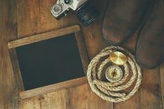 Kompas, arkana, wycieczkuje buty, starą kamerę i pustego miejsca blackboard, Fotografia Stock