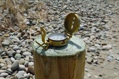 Kompas bij de rand van het strand Royalty-vrije Stock Fotografie