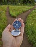 Kompas dat bij een vork in de sleep wordt standgehouden Royalty-vrije Stock Foto