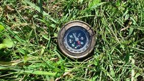 Kompas die op groene graspunten aan het Noorden liggen stock video
