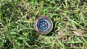 Kompas die op groene graspunten aan het Westen liggen stock footage