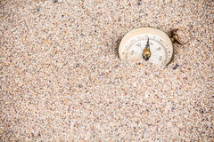 Kompas die in zand verdwijnen Stock Foto's