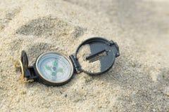 Kompas in een strandzand Stock Fotografie