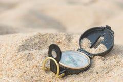 Kompas in een strandzand Stock Foto