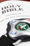 Kompas en de Bijbel Stock Foto