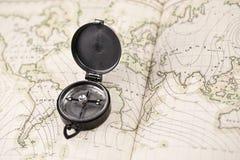 Kompas en de kaart van de wereld royalty-vrije stock afbeeldingen