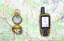 Kompas en GPS-ontvanger op een kaart Stock Afbeeldingen