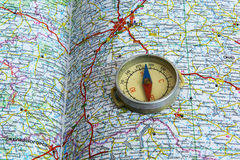 Kompas en kaartwegen Stock Fotografie