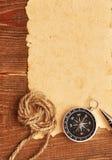 Kompas en kabel op grungeachtergrond Stock Afbeelding