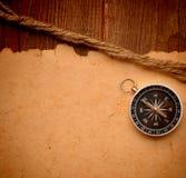 Kompas en kabel op houten achtergrond Stock Afbeelding