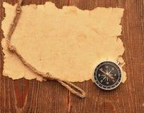 Kompas en kabel op houten achtergrond Royalty-vrije Stock Afbeeldingen