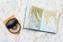 Kompas en kleine atlas Royalty-vrije Stock Foto's