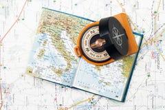 Kompas en kleine atlas Stock Foto