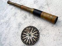 Kompas en monocular op kaart Stock Afbeeldingen