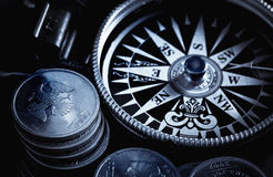 Kompas en muntstukken Royalty-vrije Stock Foto