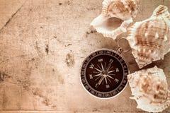 Kompas en overzeese shells Stock Fotografie