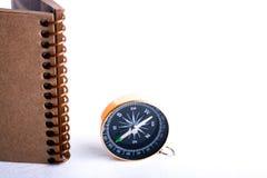 Kompas en spiraalvormig notitieboekje Stock Foto's
