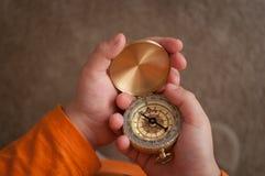 Kompas in handen Stock Foto's