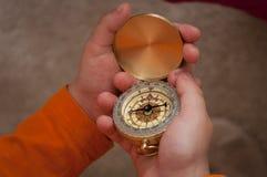 Kompas in handen Royalty-vrije Stock Foto's