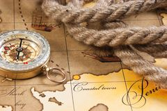Kompas i arkana na mapie zdjęcia stock